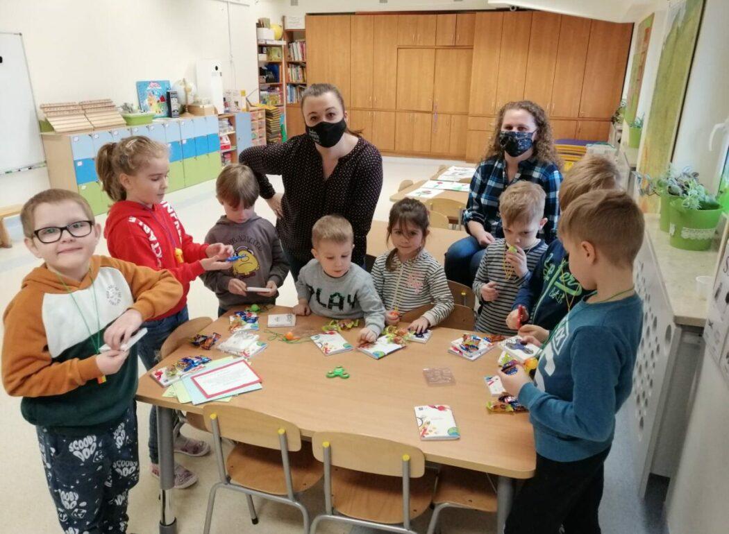 Grupa dzieci z prezentami od Wielkanocnego Zajączka