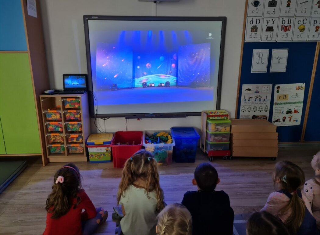 Jeżyki przed tablicą multimedialną oglądają teatrzyk
