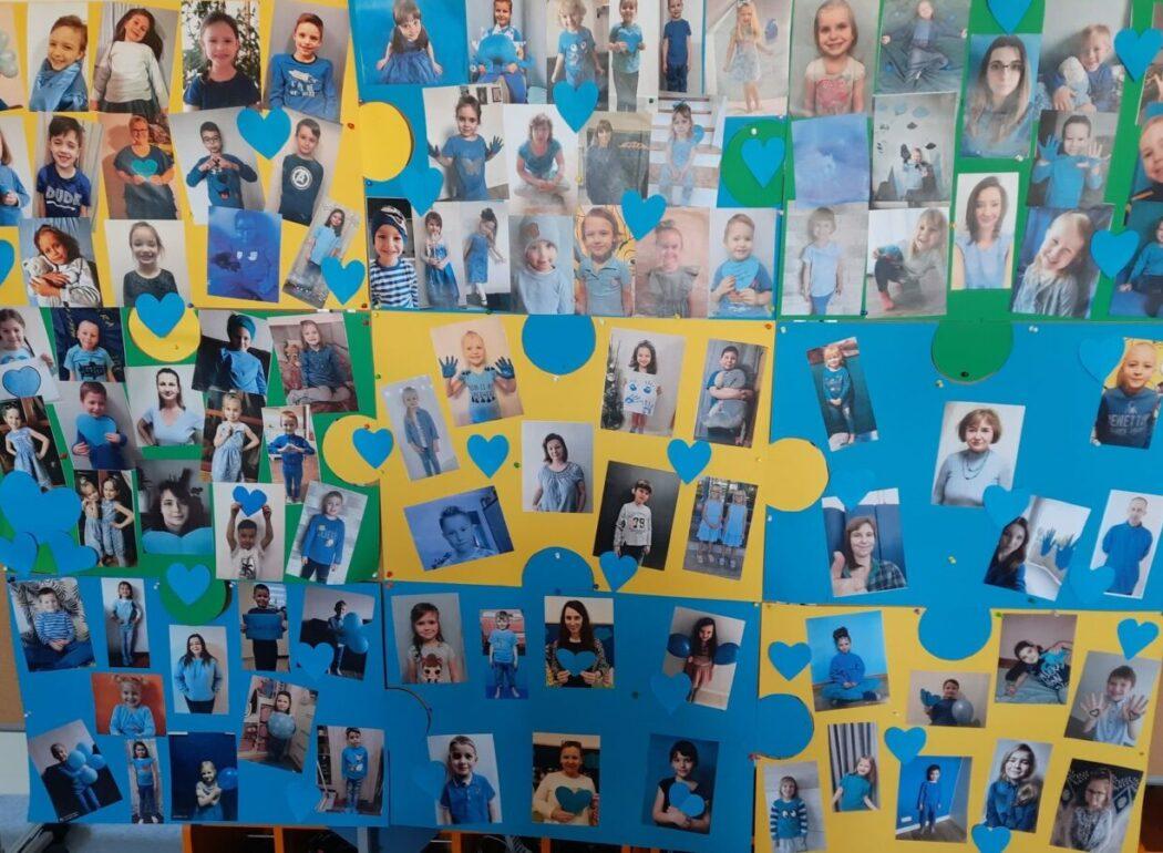 Zdjęcie plakatu dzieci i nauczycieli ubranych na niebiesko