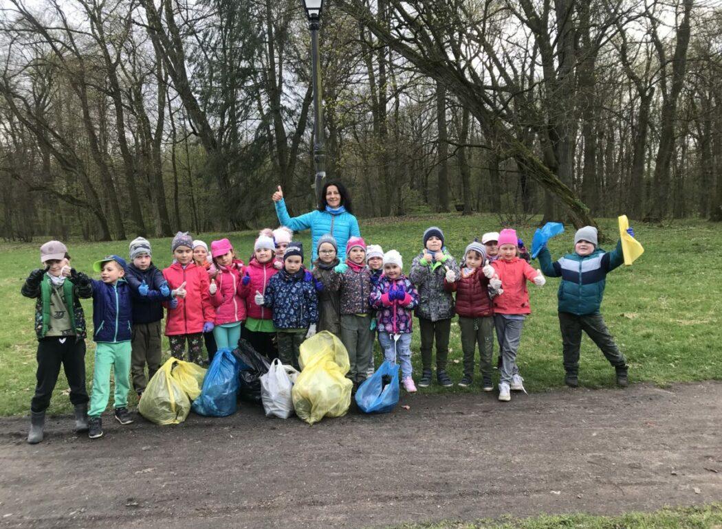 Biedronki sprzątają park