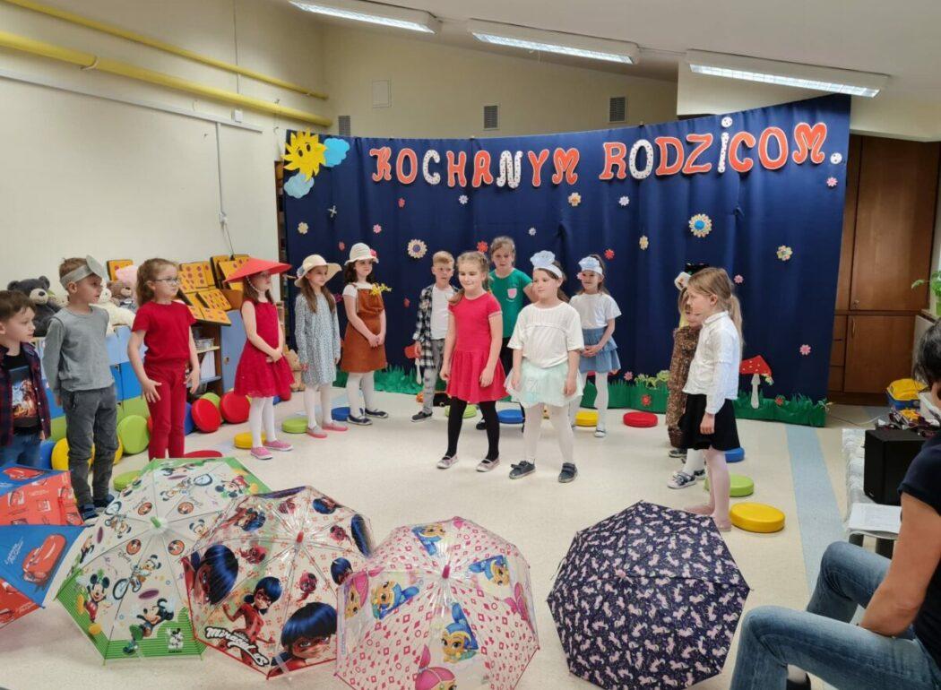 Dzieci prezentują swój występ dla kolegów z innych grup