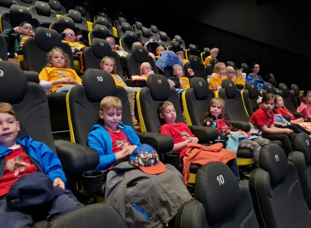 Dzieci podczas warsztatów w kinie