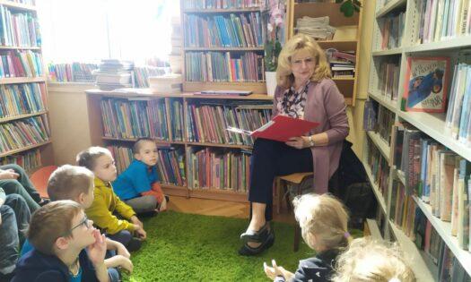 Autorka Hanna Niewiadomska czyta dziecio